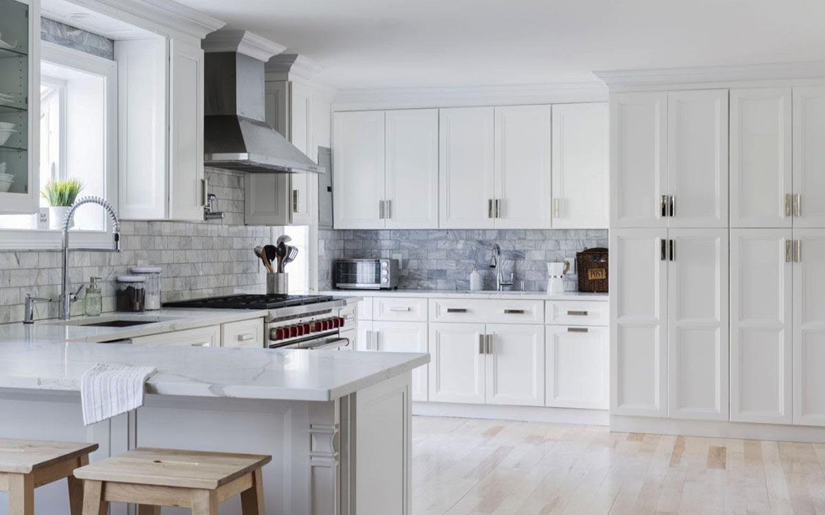 Armoire de cuisine de style transitionnel blanc sonoma
