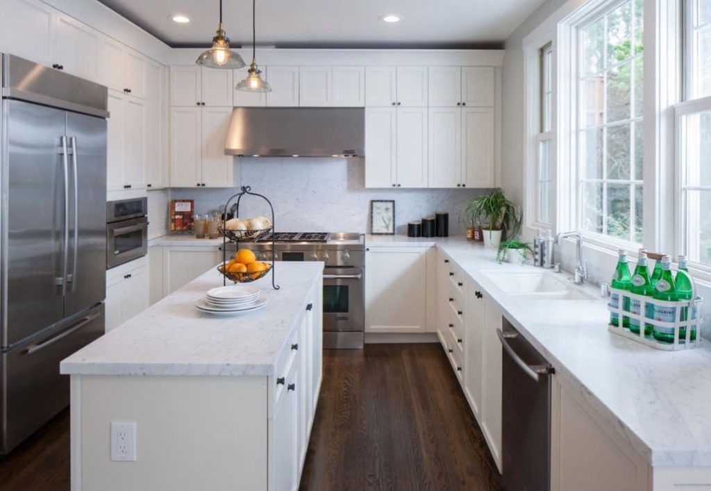 Guide de rénovation avec armoires de cuisine blanches modernes